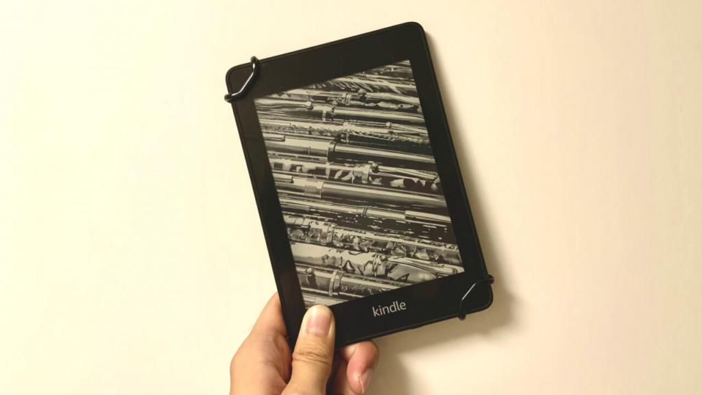 KindlePaperwhiteは片手では少し持ちにくい。